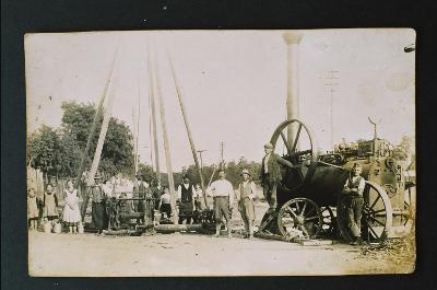 Artézi kút fúrása a Szőke Károly főbíró portája előtt a konyári úton 1930 előtt.