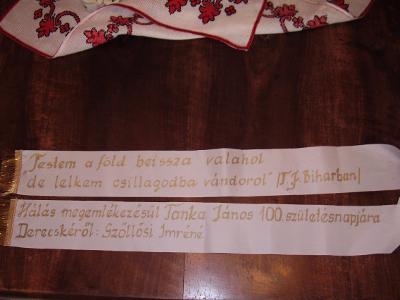 a költő születésének 100. évfordulójára rendezett abai események alkalmából vitt emlékszalag és felirata
